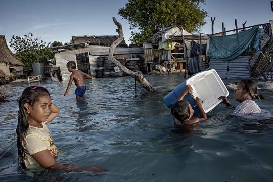 Nước biển đang đe dọa nhấn chìm KiribatiẢnh: VICE NEWS