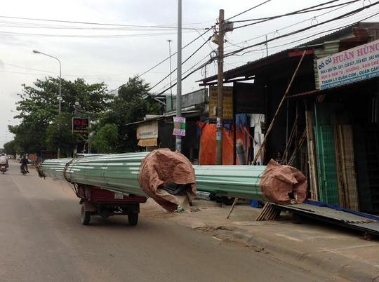 Xe chở 2 bó tôn lưu thông trên đường Lê Văn Khương (quận 12, TP HCM) Ảnh: Sỹ Đông