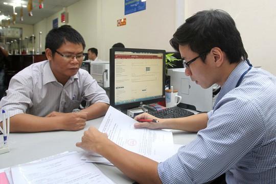 Thủ tục thành lập doanh nghiệp hiện đã khá đơn giản. Trong ảnh: Doanh nghiệp làm thủ tục tại Sở Kế hoạch và Đầu tư TP HCM Ảnh: HOÀNG TRIỀU