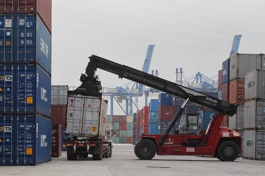 Hàng hóa nhập khẩu phải mất nhiều thời gian và chi phí cho khâu kiểm tra chuyên ngành Ảnh: Hoàng Triều