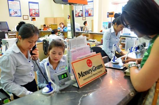 Khách hàng nhận chi trả tại Công ty Kiều hối Ngân hàng Đông Á Ảnh: Tấn Thạnh