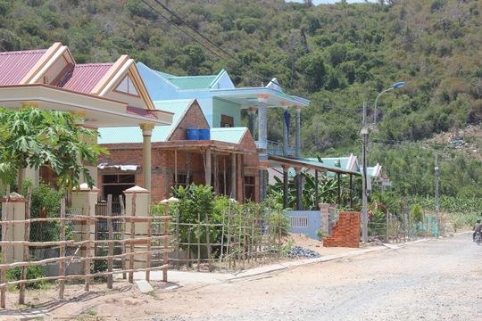 Khu tái định cư cho các hộ giao đất làm Khu Du lịch Bình Tiên thường vắng vẻ do nhiều người bỏ đi nơi khác kiếm sống