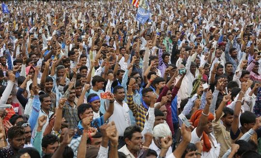 Những người Dalit biểu tình phản đối sau vụ 4 người bị hành hung vì lột da một con bò chết tại bang Gujarat Ảnh: AP