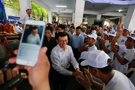 Ông Kem Sokha bắt tay những người ủng hộ tại trụ sở CNRP ở thủ đô Phnom Penh hôm 17-9 Ảnh: Cambodia Daily