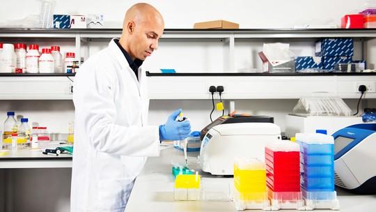 Ông Andrew Phillips tại phòng thí nghiệm điện toán sinh học của Microsoft Ảnh: MICROSOFT