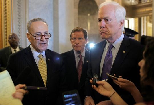 Một số thượng nghị sĩ trả lời giới truyền thông sau cuộc bỏ phiếu vô hiệu hóa phủ quyết của ông Obama hôm 28-9. Ảnh: Reuters