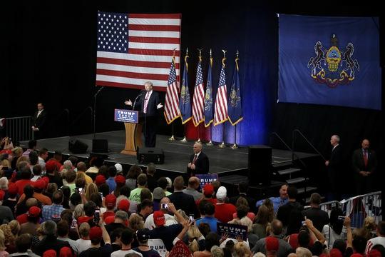 Ông Donald Trump phát biểu ở TP Manheim hôm 1-10 Ảnh: REUTERS