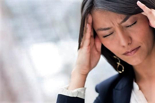 Phụ nữ thường bị đau căng đầu hơn nam giới Ảnh: MEDICAL NEWS TODAY