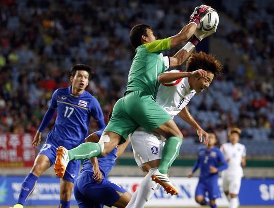 Dù thủ môn Kawin Thamsatchanan chơi tốt nhưng không thể ngăn được những thất bại của Thái Lan Ảnh: REUTERS