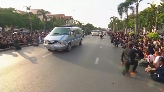 Hàng ngàn người dân tập trung hai bên đường ở Bangkok để tiễn biệt Quốc vương Bhumibol Adulyadej Ảnh: Reuters