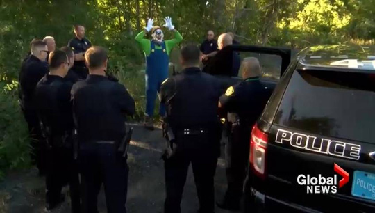 """Cảnh sát ở bang Massachusetts - Mỹ bao vây một """"chú hề quái dị"""" Ảnh: Global News"""