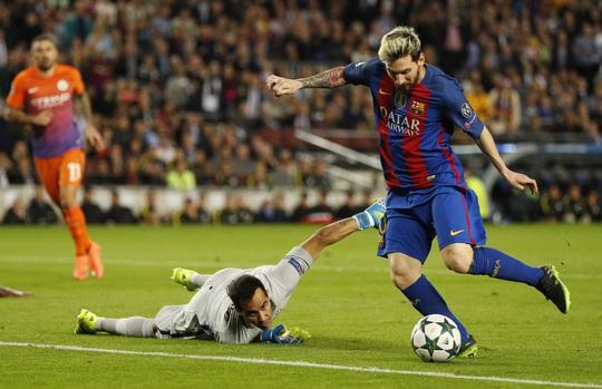 Messi với pha đi bóng đánh bại đồng đội cũ Bravo Ảnh: REUTERS