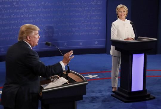 Tỉ phú Donald Trump phát biểu tại cuộc tranh luận với bà Hillary Clinton hôm 19-10 (giờ địa phương) Ảnh: Reuters