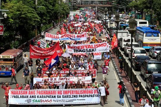 """Người dân biểu tình ủng hộ chính sách ngoại giao """"độc lập"""" của Tổng thống Rodrigo Duterte tại thủ đô Manila - Philippines hôm 21-10. Ảnh: Reuters"""