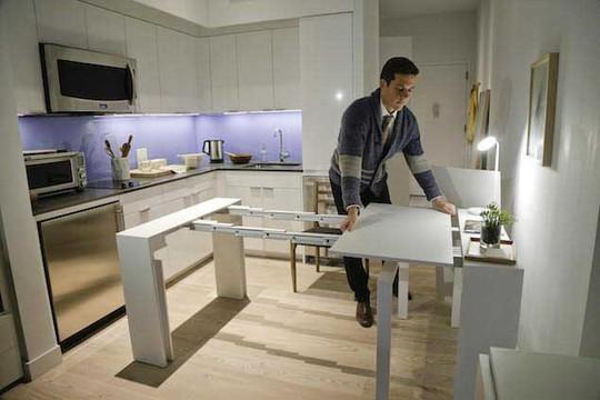 Một chiếc bàn trong căn hộ Carmel Place có thể đủ chỗ cho 12 người ngồi Ảnh: Bossip
