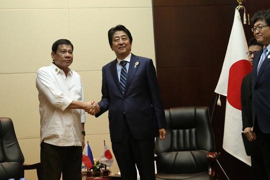 Tổng thống Philippines Rodrigo Duterte (trái) và Thủ tướng Nhật Shinzo Abe trong lần gặp ở thủ đô Vientiane - Lào hồi tháng 9-2016. Ảnh: Rappler