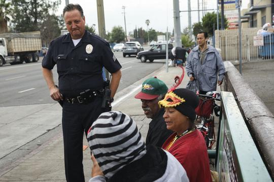 Một cảnh sát trò chuyện với người dân tại khu vực FoothillẢnh: THE WASHINGTON POST