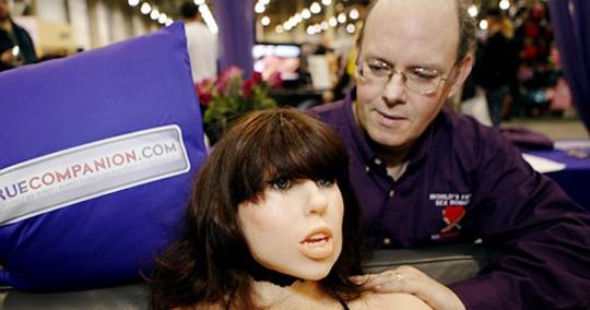 Nhà thiết kế Douglas Hines của Công ty True Companion (Mỹ) và robot tình dục mang tên Roxxxy Ảnh: AP