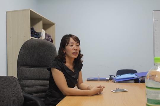 Bà Trần Thị Hà trao đổi về vụ việc với phóng viên