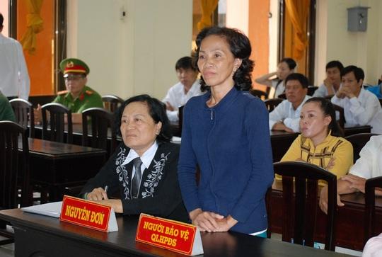 Bà Nguyễn Thị Tuyết (đứng) cho biết sẽ theo đuổi vụ kiện tới cùng Ảnh: CÔNG TUẤN
