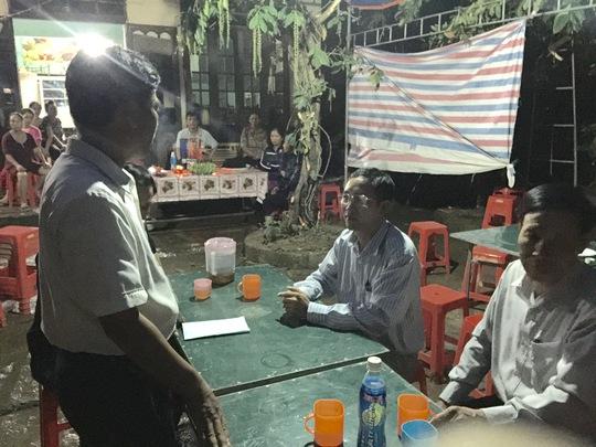Đại diện Báo Người Lao Động (giữa) trao tiền hỗ trợ gia đình anh Nguyễn Văn Thịnh Ảnh: Lương Duy