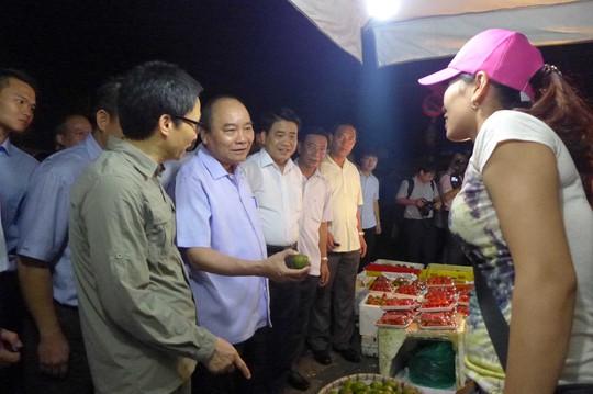 Thủ tướng Nguyễn Xuân Phúc tiếp xúc tiểu thương chợ đầu mối rau quả Long Biên (Hà Nội)