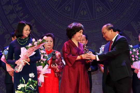 Thủ tướng Nguyễn Xuân Phúc trao tặng cúp Thánh Gióng cho các doanh nhân tiêu biểuẢnh: TTXVN
