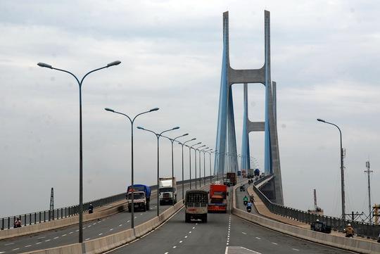 Xây dựng cơ sở hạ tầng giao thông cần nguồn vốn lớn trong dân Ảnh: TẤN THẠNH