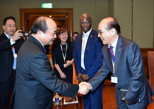 Thủ tướng Nguyễn Xuân Phúc hỏi thăm đại biểu bên lề Diễn đàn Doanh nghiệp Việt Nam 2016.Ảnh: QUANG HIẾU