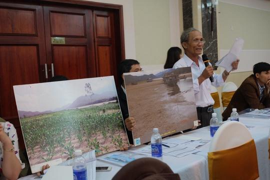 Người dân ở xã Đại Hồng (huyện Đại Lộc, tỉnh Quảng Nam) phản ánh và minh chứng bằng hình ảnh về những thiệt hại của thủy điện gây ra tại hội nghị ngày 6-12