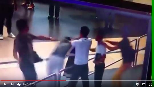 Hình ảnh từ clip ghi cảnh nữ nhân viên hàng không N.L.Q.A bị đánh tại sân bay
