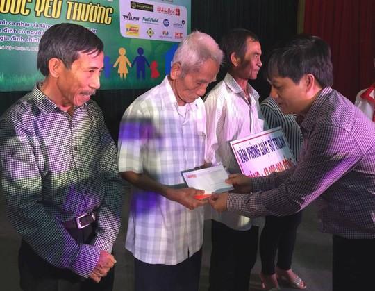 Ông Huỳnh Văn Nén (thứ 3 từ trái sang) trong một cuộc giao lưu với báo chí tại TP HCM sau ngày được minh oan Ảnh: Lương Duy