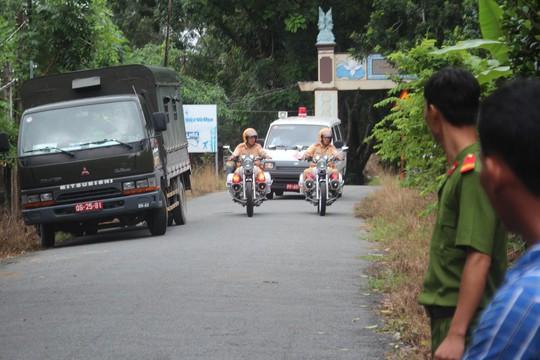Đoàn xe đưa thi thể 3 sĩ quan rời khỏi hiện trường Ảnh: ngọc giang