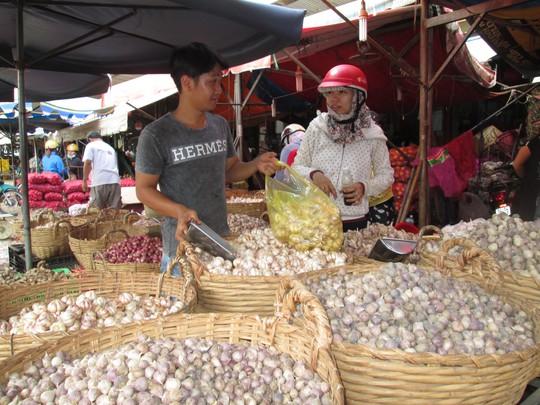 Tỏi Trung Quốc tràn ngập thị trường trong nước Ảnh: Ngọc Ánh