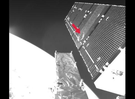 Vệ tinh Sentinel -1A của Cơ quan Hàng không châu Âu (ESA) bị một vật thể nhỏ đụng phải trên không gian hôm 23-8 (chỗ mũi tên)Ảnh: ESA