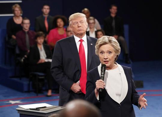 Bà Hillary Clinton phát biểu tại cuộc tranh luận trong lúc ông Donald Trump lắng ngheẢnh: AP