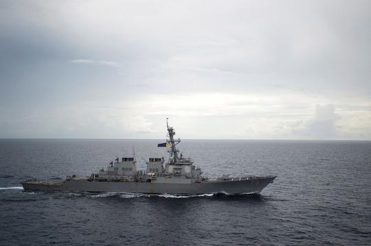 Tàu khu trục tên lửa USS Decatur của Mỹ trên biển Đông ngày 13-10 Ảnh: REUTERS