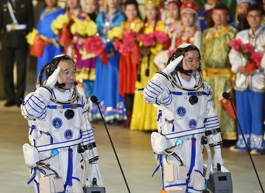 Hai phi hành gia Trung Quốc trước giờ lên tàu Thần Châu 11 trong vụ phóng hồi tháng 10Ảnh: Reuters