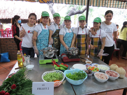 Các thí sinh tham gia hội thi nấu ăn do Công đoàn Công ty TNHH Toàn Thắng tổ chức