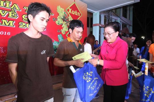 Bà Nguyễn Thị Bích Thủy, Phó Chủ tịch LĐLĐ TP HCM, trao vé xe Tết cho công nhân các KCX-KCN TP Ảnh: HOÀNG TRIỀU