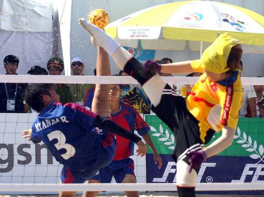 Việt Nam (phải) thắng Myanmar trong trận chung kết cầu mây nữ đồng đội 3 người