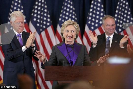 Bà Clinton phát biểu nhận thua hôm 9-11, sau lưng bà là chồng và phó tướng. Ảnh: Reuters