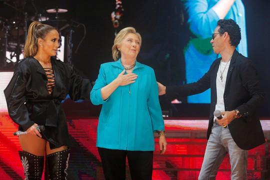 Bà Hillary Clinton cùng với 2 nghệ sĩ nổi tiếng Jennifer Lopez (trái) và Marc Anthony ở TP Miami - bang Florida đêm 29-10Ảnh: REUTERS
