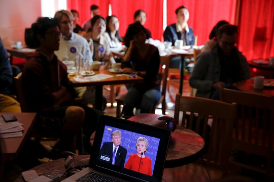 Người dân tại Bắc Kinh - Trung Quốc xem trực tiếp cuộc tranh luận. Ảnh: Reuters