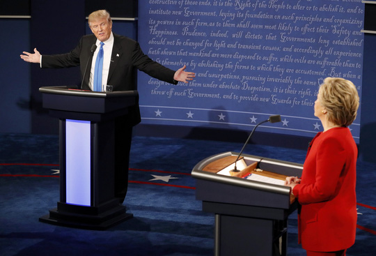 Hai ứng viên tổng thống Mỹ tại cuộc tranh luận. Ảnh: Reuters