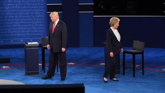 Hai ứng viên Hillary Clinton và Donald Trump tại cuộc tranh luận. Ảnh: USA Today