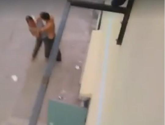 Ông Quang dùng dao cửa cổ vợ ngay giữa phố. Ảnh cắt từ clip