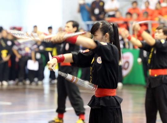 Côn nhị khúc được du nhập vào Đại Việt từ quần đảo Okinawa và được nhiều người Việt tiếp thu để bổ sung vào vốn võ