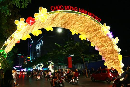 Phố đi bộ Nguyễn Huệ lung linh về đêm.
