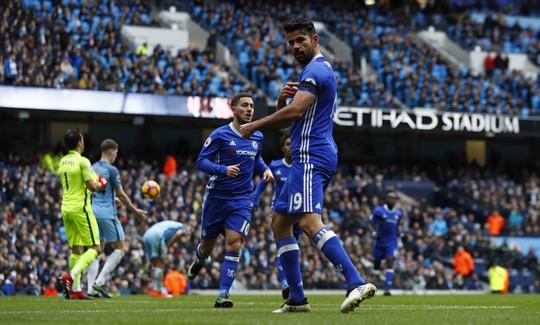 Diego Costa mở màn cho cuộc lội ngược dòng ngoạn mục của Chelsea tại sân Etihad Ảnh: REUTERS
